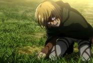Armin viendo a la Mujer Titán