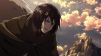 Mikasa observa a Ymir
