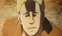 Reiner se alarma al ver humo de titan episodio 10