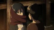 Eren colocandole la bufanda a Mikasa