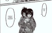 Mikasa es abrazada por Hanji