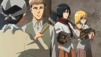 Mikasa llega de cortar leña con Historia