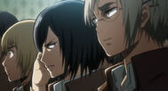 Mikasa mira a Riko
