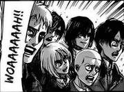 Mikasa sonríe cuando Levi es golpeado