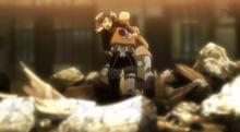 Eren y Mikasa siendo rescatado por Hannes