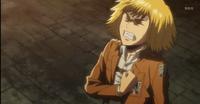 Armin intentando defender a Eren