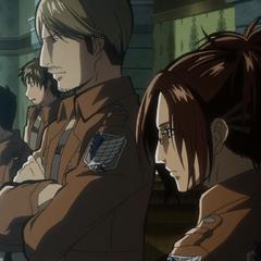 Hange presenciando la audiencia militar de Eren