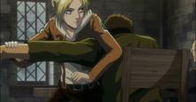 Annie le tuerce el brazo a un cliente