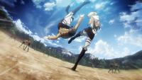 Annie tirando al suelo a Eren en el entrenamiento