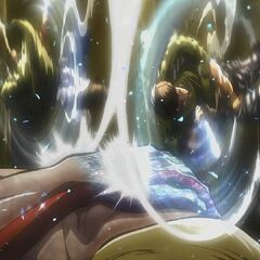 Levi y Mike atacan a la Titán Hembra.