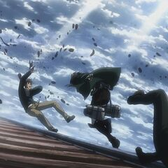 Mikasa ataca a Reiner y a Bertolt.
