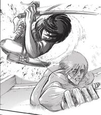 Mikasa taglia le dita al Gigante Femmina