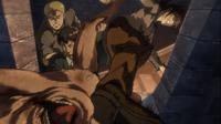Ymir i Bertholdt wyrzucają tytana przez okno