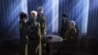 Erwin, Pixis, Zackly, Hanji und Levi diskutieren über das Titanenserum