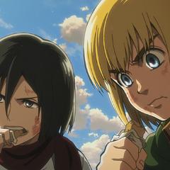Mikasa y Armin comiendo antes de perseguir a Eren.