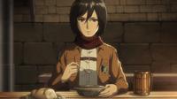 Mikasa ermahnt Eren, dass er erst reden soll, wenn er aufgegessen hat