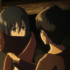 Eren le regala su bufanda a Mikasa.