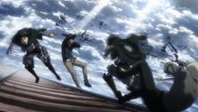 Mikasa dotkliwie rani Reinera i Bertholdta