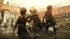 Eren, Mikasa ed Armin circondati dai soldati