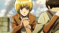 Armin chwyta Erena za dłoń
