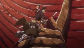 Erwin attaquant Bertolt afin de libérer Eren