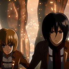 Mikasa y Armin protegen a Eren de otros titanes.