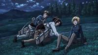 Moblit, Hanji und Armin entkommen gerade so aus der Kapelle