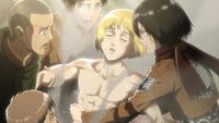 Armin wird aus dem Titanenkörper gebogen
