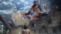 Der kolossale Titan wirft Trümmer