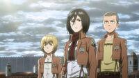 Armin Mikasa Conny obserwują Tytana