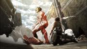 Le Titan Renégat sauvant Mikasa
