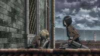 Armin rozmawia z Mikasą