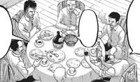 Die Offiziere der Militärpolizei diskutieren beim Essen