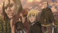 Chrita, Sasha, Connie und Ymir sehen den grinsenden Titan
