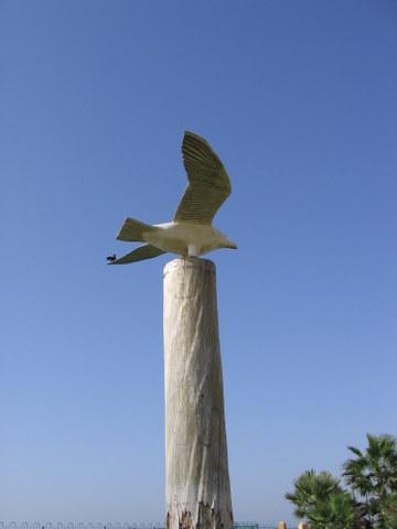 קובץ:פסל ציפור בטיילת נתניה.JPG