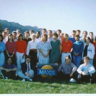 Maxis Software en sus primeros años. Delante: Will Wright y a la derecha Jeff Braun.