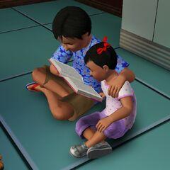 Una infante siendo leida por su hermano mayor.