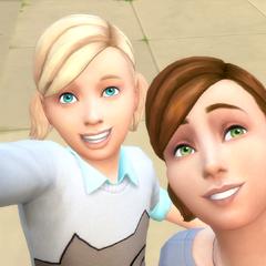 Dos niñas tomandose una selfie.
