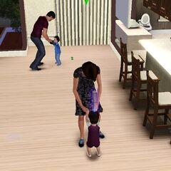 Dos infantes que aprenden a caminar por sus padres.