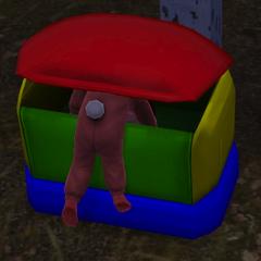 Un infante en una caja de juguetes.