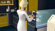 Девушка готовит хот-доги