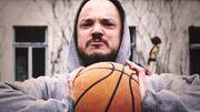 Pyhimys litistää koripallon