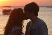 Melanie y Ian besándose