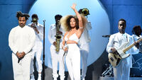 Solange-performs-dont-touch-my-hair-11-5-16