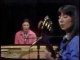 Kate-and-anna-mcgarrigle-perform-kiss-and-say-goodbye-4-16-77