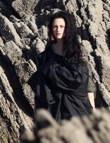 Kristen-stewart-snow-white-set-3-09292011-09-430x556