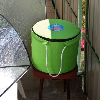 Cuiseur thermos à côté de la cuisinière solaire