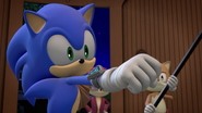Sonic holding up fist
