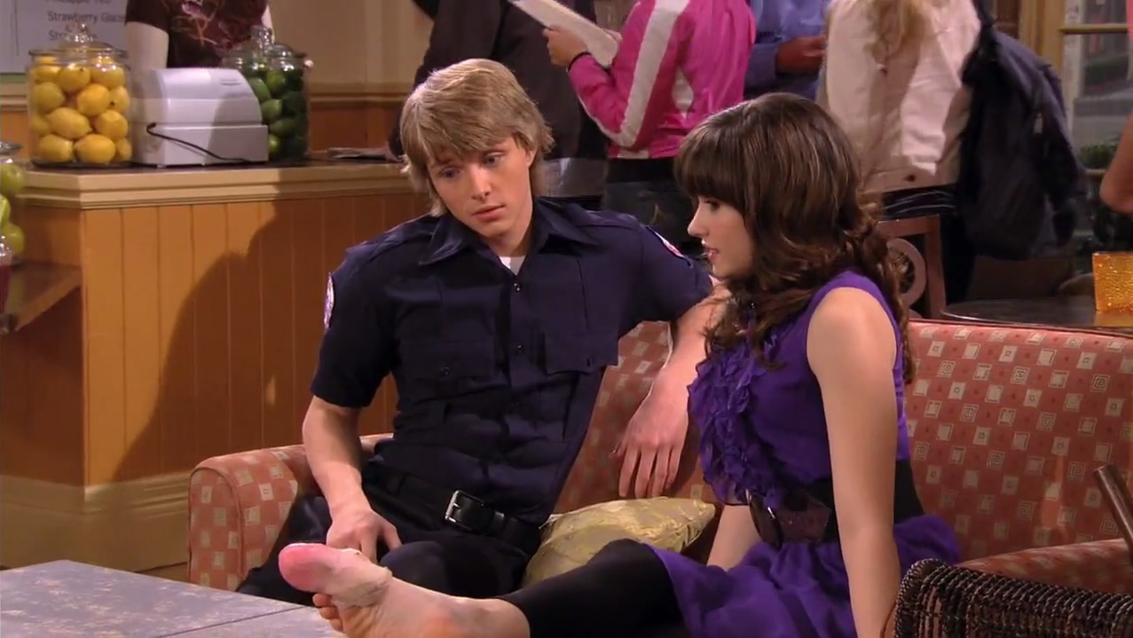 Chad dylan cooper and sonny munroe kiss