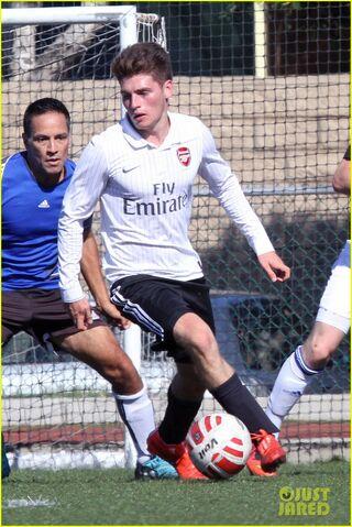 File:Gregg-sulkin-shirtless-soccer-player-02.jpg